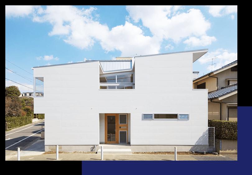 太陽の光を取り入れる個性的な外観の住宅