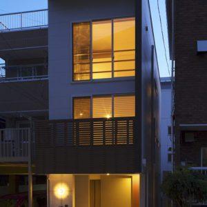 こだわりの造作キッチンや収納とクローゼット上部ロフトをもつ狭小住宅