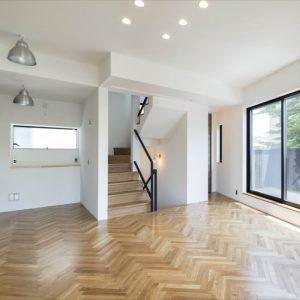 ヘリンボーン、箱階段、カーペット、出窓。 狭小でも細部にこだわる、モダンクラシックハウス。