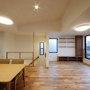 暮らし方を大切にする、北側3階リビングの狭小住宅