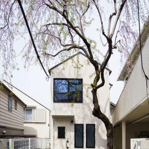 桜を愛でる、会員制サロンと三角屋根の家