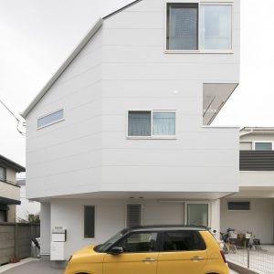 趣味の空間に住む、ガレージをいつでも感じる家