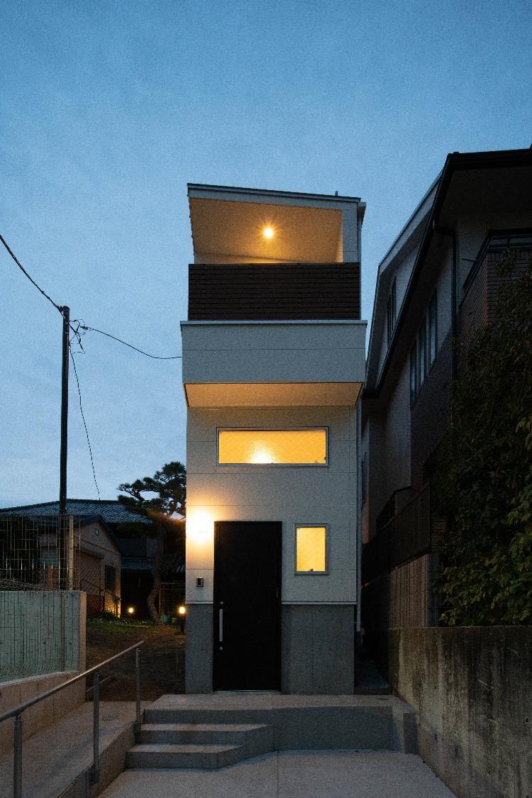 段差のある土地に建つ狭小住宅