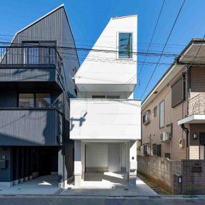 細長段差敷地を利用した玄関・リビングをもつ狭小住宅