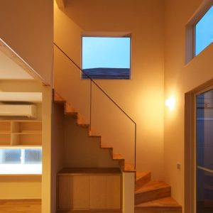 吹抜けにかかる跳ね出し階段 段差敷地の狭小住宅