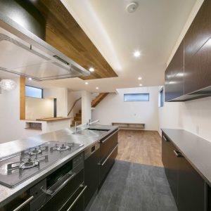 箱で勝負。L型旗竿敷地に建つ、高級キッチンからできたデザイン住宅
