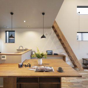 シンプルに暮らしを楽しむ。コンパクトなキッチンからつながるプライベートバルコニーのある狭小住宅